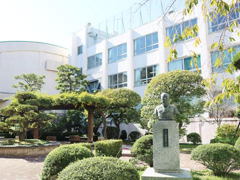 豊山女子の校舎と学祖 山田顕義先生の胸像
