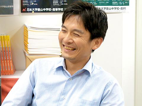 高校3学年主任の内山賢(さとし)先生