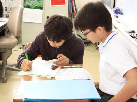 生徒二人で勉強中