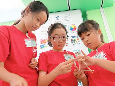 Scienceで工作に夢中になる小学生たち