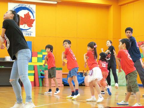 ダンスを楽しむ小学生たち
