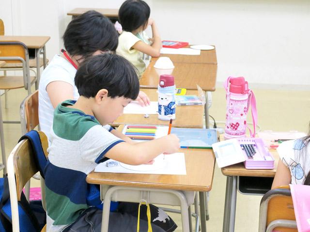 授業に熱心に取り組む児童たち