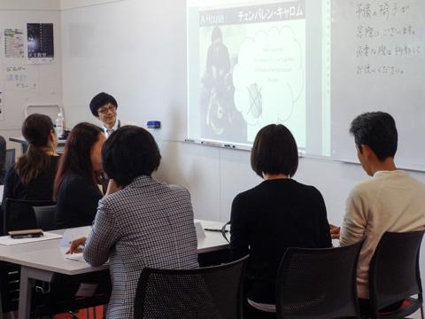 クラス毎の保護者会では、文字通りに膝を突き合わせながら生徒が実践する「ドルトンプラン」について理解を深めます。