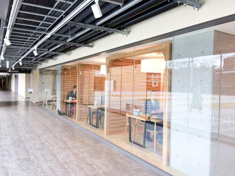 校舎内の廊下は広く、壁も全面ガラス張りで開放的な空間になっています。