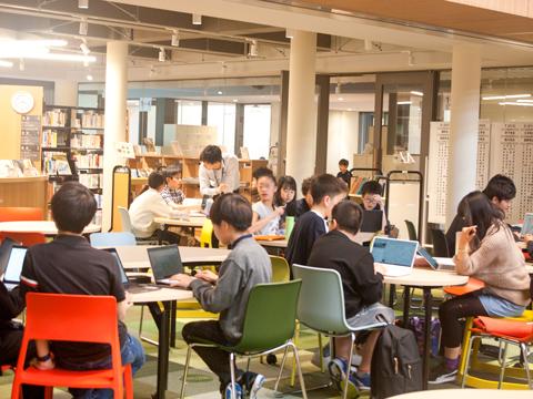 ラボラトリーの時間では、「ラーニングコモンズ」などのフリースペースで数名のグループに分かれ、自由に探究学習を行うこともできます。