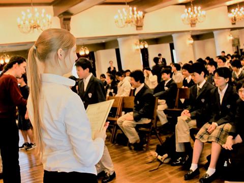 ブリティッシュヒルズの宿泊研修後に表彰を受ける生徒たちのようす。授業で学んだ英語を発揮する場を設けることも重視しています。