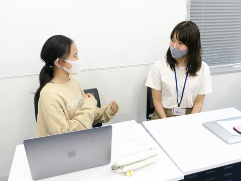 対面で講師にインタビューを行う生徒。これまで考察してきた事業アイディアをもとに、30分たっぷりと話を聞きました。