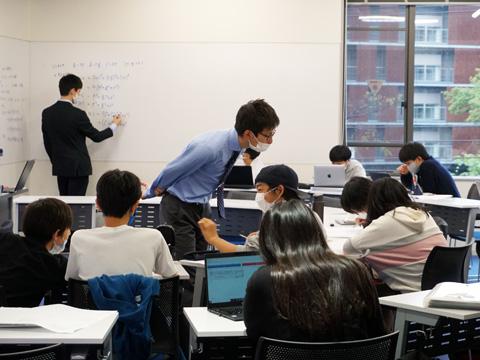 普段から生徒自身のノートパソコンを使った授業(BYOD)を採用する最新の学習環境がドルトンの特長のひとつとなっています。