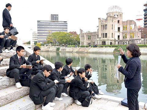 原爆ドームを前に平和の尊さを学ぶ生徒たち