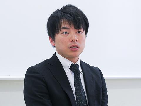 インタビュー中も生徒の話を熱心に聞く田上先生