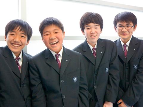 2012年のインタビュー時の浅野さん(左から2番目)