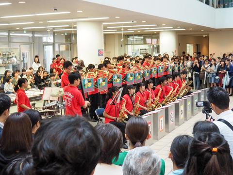 吹奏楽部によるビッグバンドジャズ。ハイレベルな演奏に大勢の人がエントランスにつめかけました。