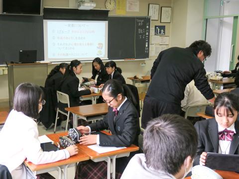 グループでの作業中にも先生のアドバイスを受けられます。