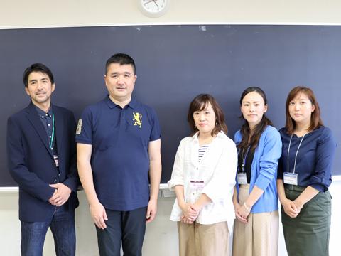 左から順に、田中さん、伊藤さん、高野さん、井森さん、佐々木さん。皆さん中学2年生の保護者です。