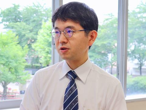 保護者イベントサポーターの皆さんの仲を取り持つ募集広報の吉村先生。