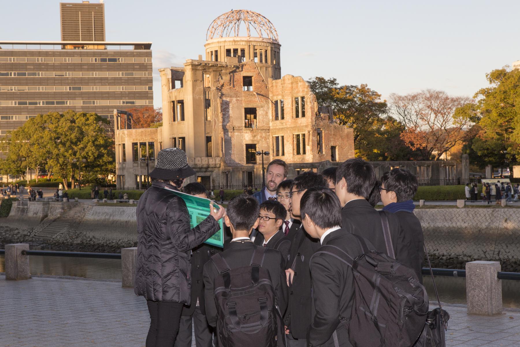 中学2年の修学旅行では広島を訪れ、平和の大切さを身をもって学びます。
