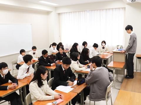 委員長がテキパキと会議を進行。先生は基本的に見守るだけで、生徒のみで議論を行い、結論を出す。