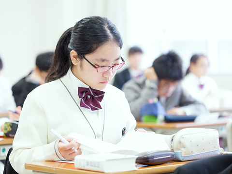 八王子学園は「東大・医進クラス」と「一貫特進クラス」の2コースがあり、ハイレベルな学びを通して実践力を持つ生徒を育成しています。通塾の必要性がない学習プログラムは大変好評です。