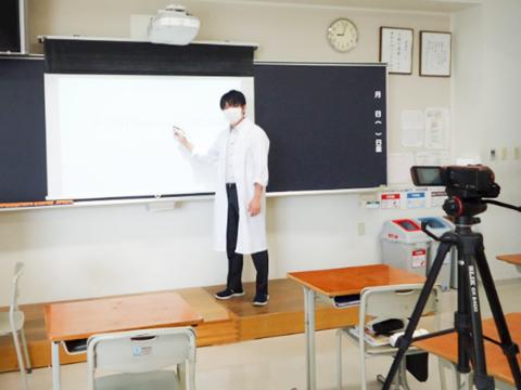 オンライン授業で使用する動画を作成する様子。動画配信にすることで、生徒が好きな時間に動画を見て自分のペースで勉強ができるように工夫をしました