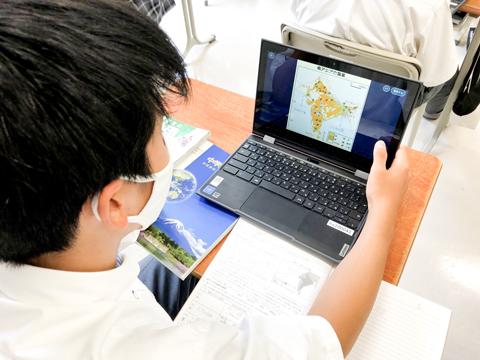 八王子学園の授業では、電子黒板の活用や生徒が一人一台タブレットを使用するなど、ICT環境も整っています