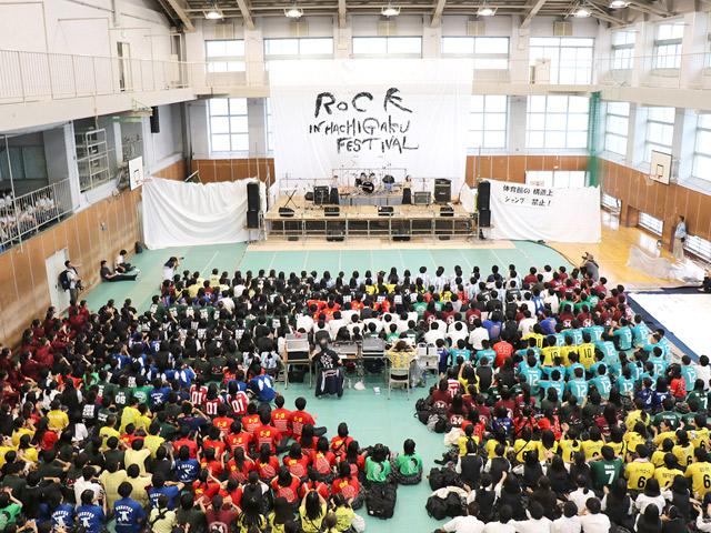 学園祭 大盛況のライブステージ