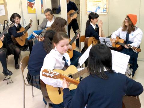 ギターを使って交流する生徒たち