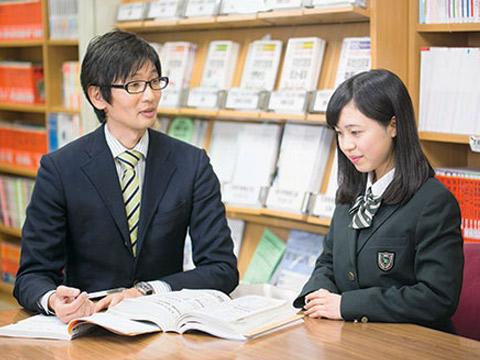会話する先生と生徒