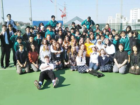 海外から訪れた留学生と交流する大東一高の生徒