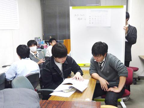 自習室で現役大学生から指導を受ける生徒のようす