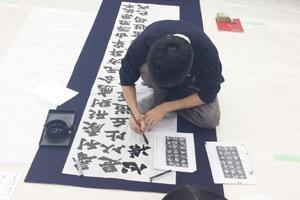 東京都高校文化連盟書道展での揮毫中の近藤さん