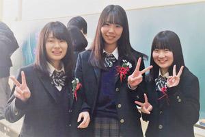 高校時代の高山さん(中央)