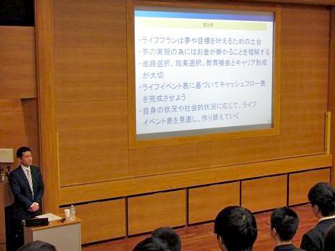 和知健次氏による講演。本格的な講義に生徒も興味津々