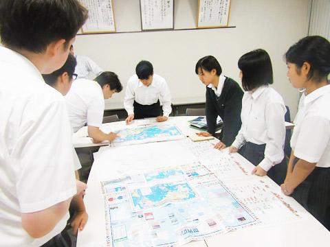 SDGs委員会で世界地図を作るようす