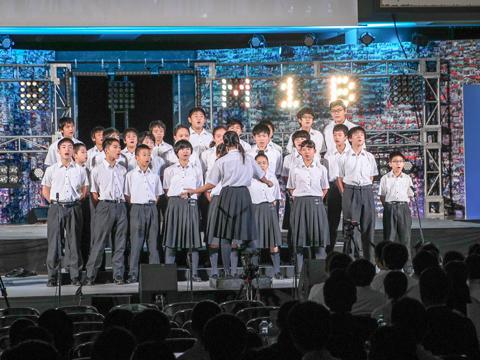 クラスごとに自分たちで選曲を行い、合唱を披露します。