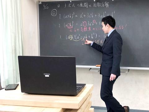 自宅から授業を行う先生がいれば、教室で板書しながら授業を進める先生もいました。