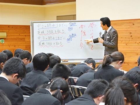 企業経営者・国会議員の経験を基にした渡邉理事長・校長の指導は生徒たちを大きく揺さぶります。