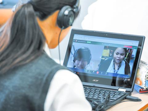 毎日25分間行われる「席上留学」。外国人講師と対話することで英語能力が飛躍的に向上する。