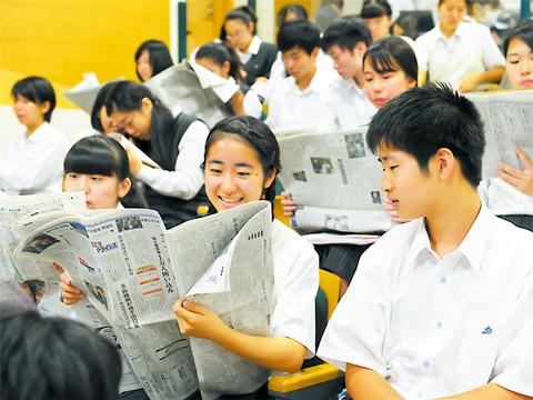 NIE(Newspaper In Education)では興味のあるトピックを1分間でスピーチするので、プレゼン力が身につく。