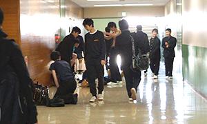 廊下で準備する生徒