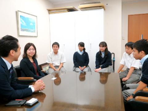 (左から)高橋嵩先生、担任の伊東先生、小川くん、石井さん、福田さん、長谷川くん、島﨑くん。