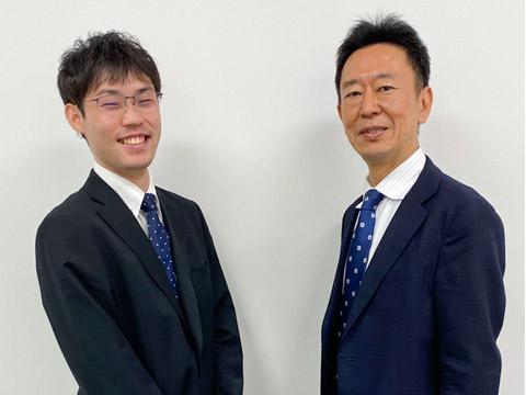 井先生の高校1年次の担任で、進路指導部長の鈴木清一先生(右)