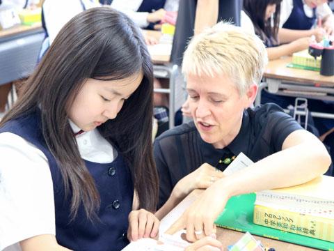 ネイティブの先生から丁寧な指導を受ける生徒たち