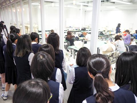 アトリエを訪問し、大学生の様子を真剣に見つめる生徒たち。