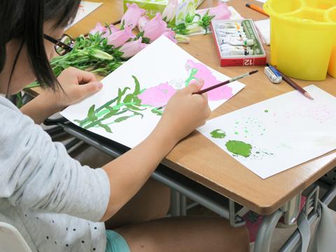 鉛筆で下書きをしてから、丁寧に色を塗っていく