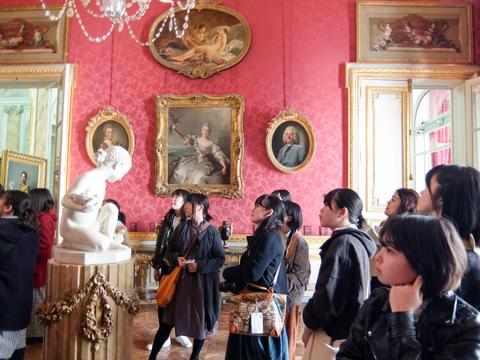 優雅な美術館に数多く収蔵されている作品を熱心に鑑賞。