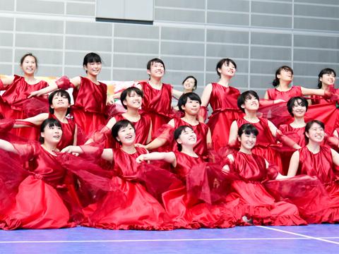 真紅の衣装に身を包み、躍動感あふれるダンスを披露。パフォーマンス中に4~5回行われる衣装の早替えは圧巻で、衣装が替わるたびに客席からは大きな歓声があがりました。衣装は型紙から作り、制作期間は数か月にも及ぶといいます。