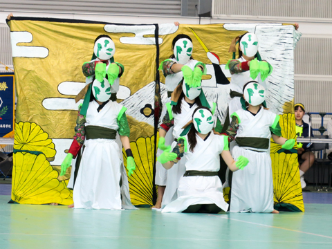 仮面や手袋、背景など、趣向を凝らした小道具も、もちろん生徒たちの手作りです。これらの小道具によって各チームのパフォーマンスの世界観がより一層際立ち、まるでプロの舞台作品を見ているかのようなクオリティの高さを感じました。