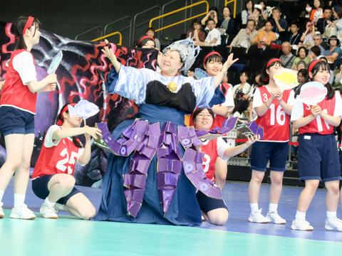 「赤色・梅組」の先生は「リトル・マーメイド」に登場する海の魔女・アースラに変身。リレーに参加した生徒たちとダンスを踊り、ノリノリでポーズを決めていました。