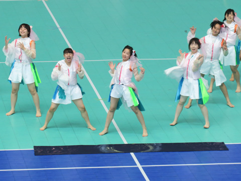 さいたまスーパーアリーナで開催された運動会では、中学生も自作の衣装や踊りで応援合戦に参加します。