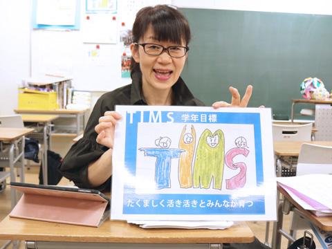 中学1年生の担任を務める髙城先生。手描きの学年だよりの作成したり、3日ごとに席替えを行うなど、生徒がよりよい環境で学習できるような工夫を凝らしています。